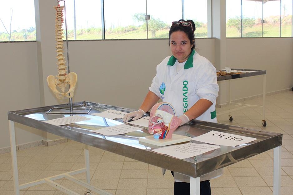 Acadêmica Caroline no laboratório de anatomia humana