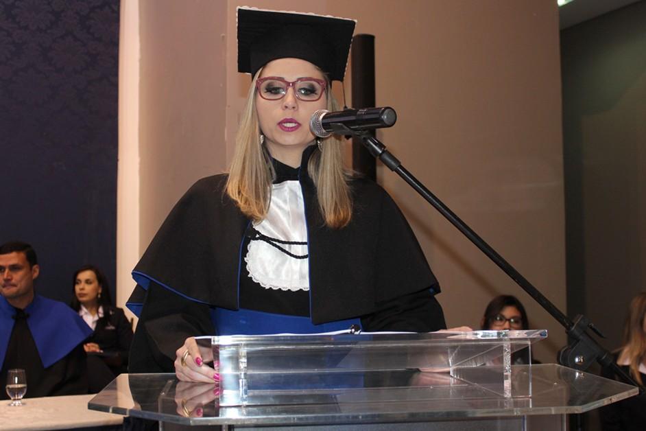 Aline Aparecida Piques, formanda em Administração, proferiu o discurso