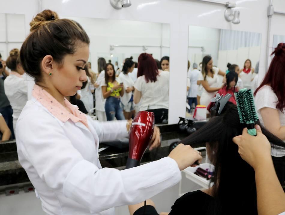 Ação contou com o apoio de sete cabeleireiros voluntários