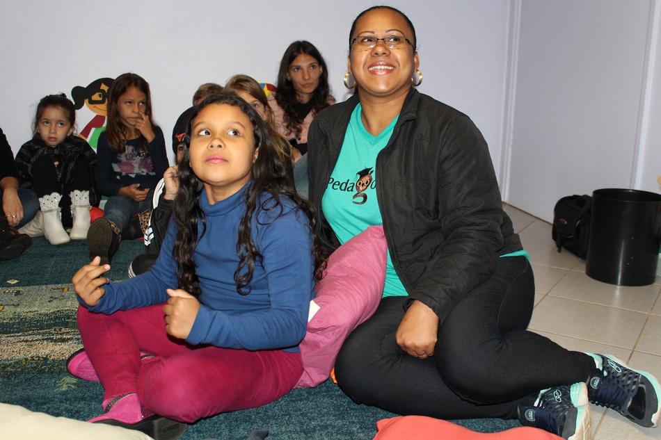 Na sala de contação, as crianças ficam encantadas com as histórias
