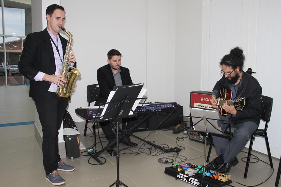 O egresso Paulo, no saxofone, acompanhado por Marcelo Zarske, na guitarra, e Laudinei Nepedri, no teclado
