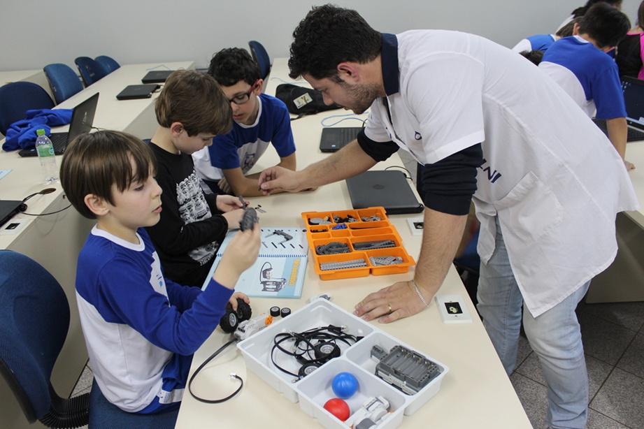 Aulas de robótica utilizam peças de Lego