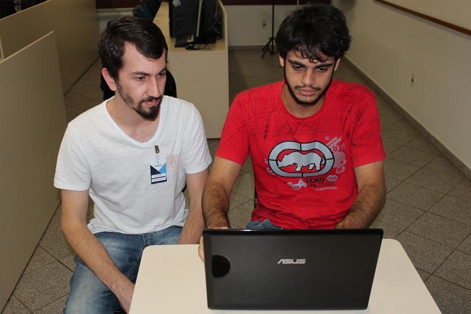 Elito juntamente com o professor Douglas, um dos orientadores do projeto