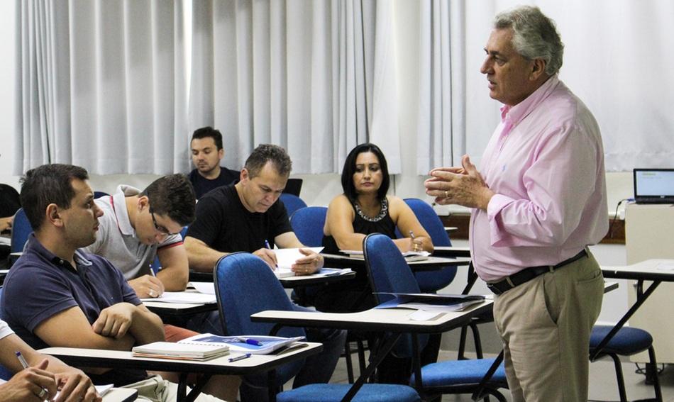 Estudantes atentos à aula