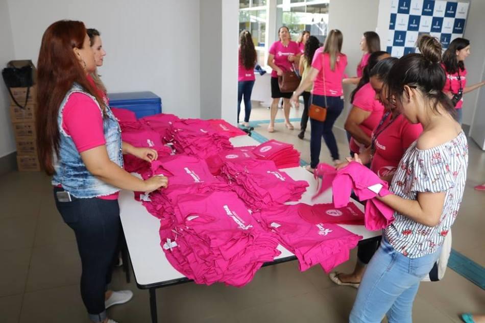 Equipe da empresa I. Riedi Grãos e Insumos distribuiu camisetas em alusão ao Outubro Rosa