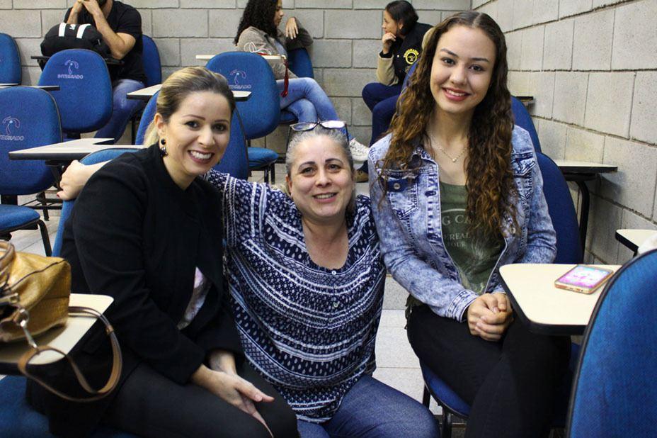 Lucimara Tatiane da Silva, Ivana Carla da Rosa e Kelly Kawana Ribeiro, acadêmicas de Direito