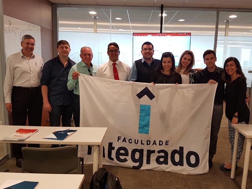 Grupo em visita à empresa Arauco, especialista na fabricação de painéis de madeira