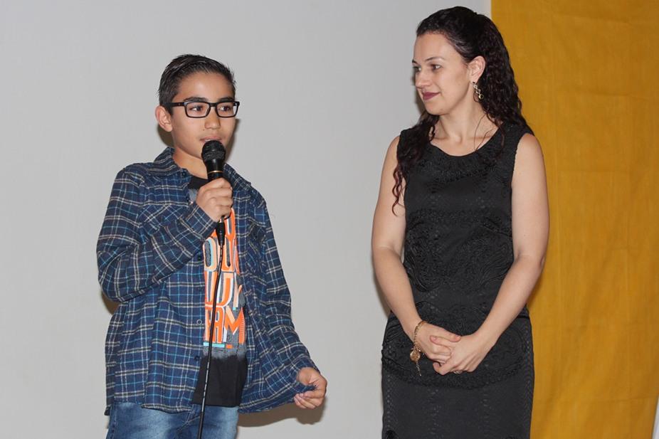 Aluno Paulo Henrique juntamente com a professora Fernanda
