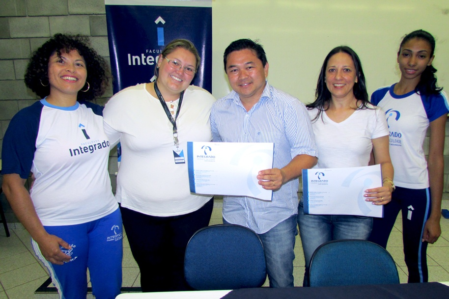 Edson e Luciane com acadêmicos do curso de Educação Física e a professora Layla