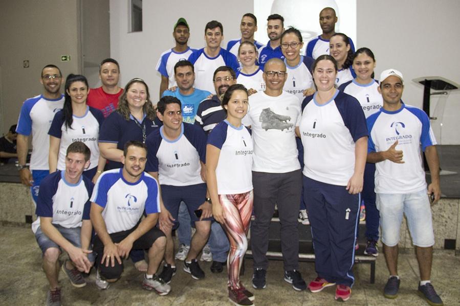 Professores e acadêmicos de Educação Física com o ex-jogador Alex Souza