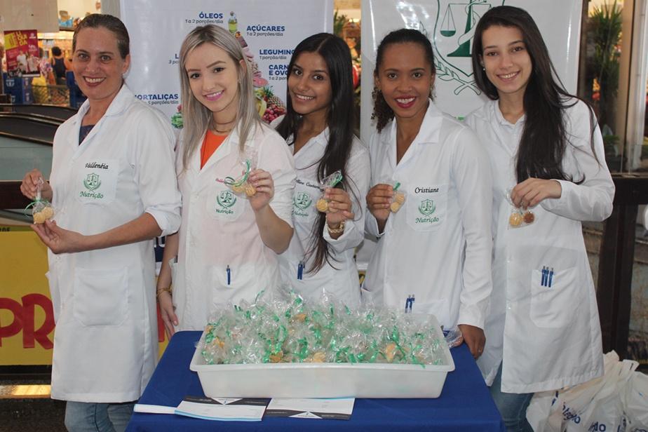 Acadêmicas de Nutrição distribuíram biscoitos de extrato de soja com o objetiva de amenizar os sintomas da TPM e menopausa