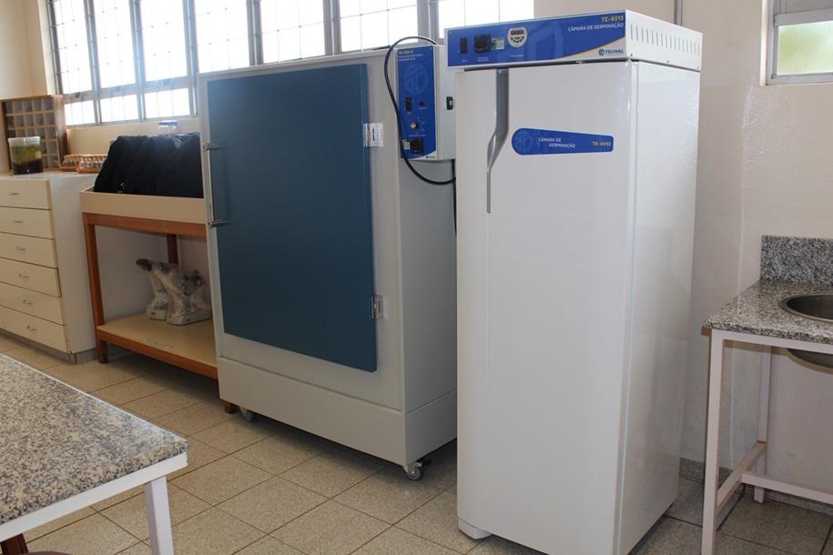 Agora, o Laboratório de Botânica, Sementes e Herbário possui uma câmara de germinação e uma estufa de ventilação para secagem