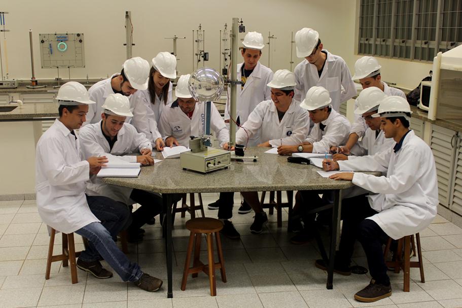 Acadêmicos do curso de Engenharia de Produção em aula no Laboratório de Física