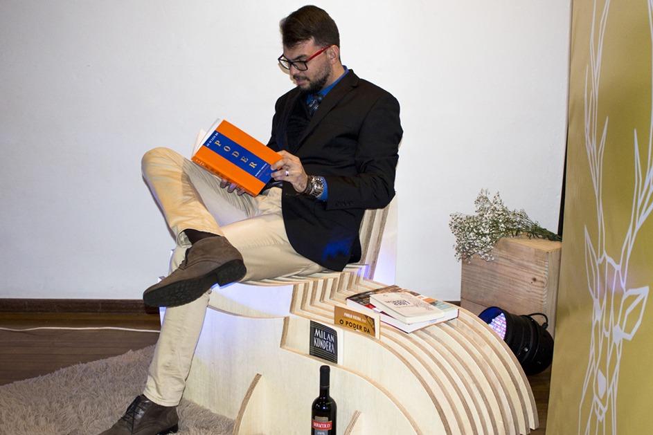 Acadêmico experimenta o conforto da nova poltrona