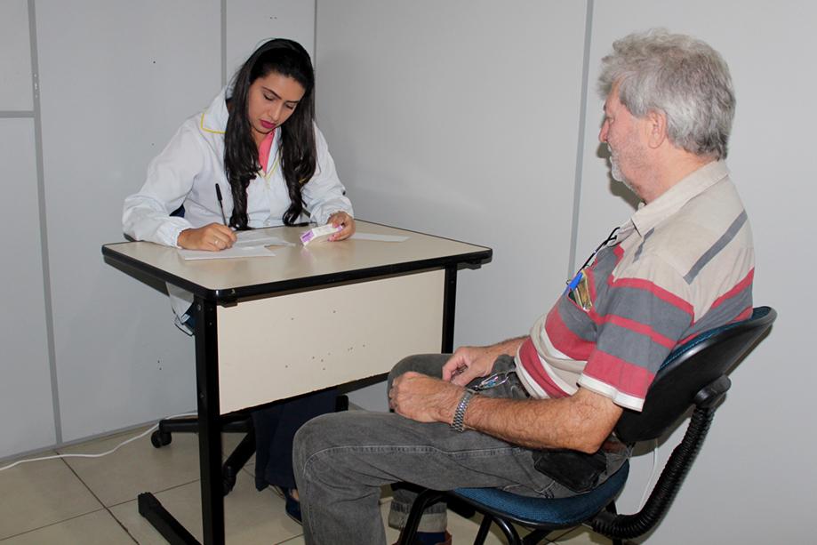 O paciente João sendo atendido pela acadêmica Gabrielle. Há quatro anos, ele participa do projeto