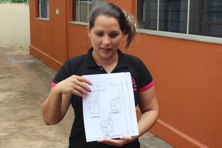 Acadêmica Ana Paula explica atividade para os pequenos