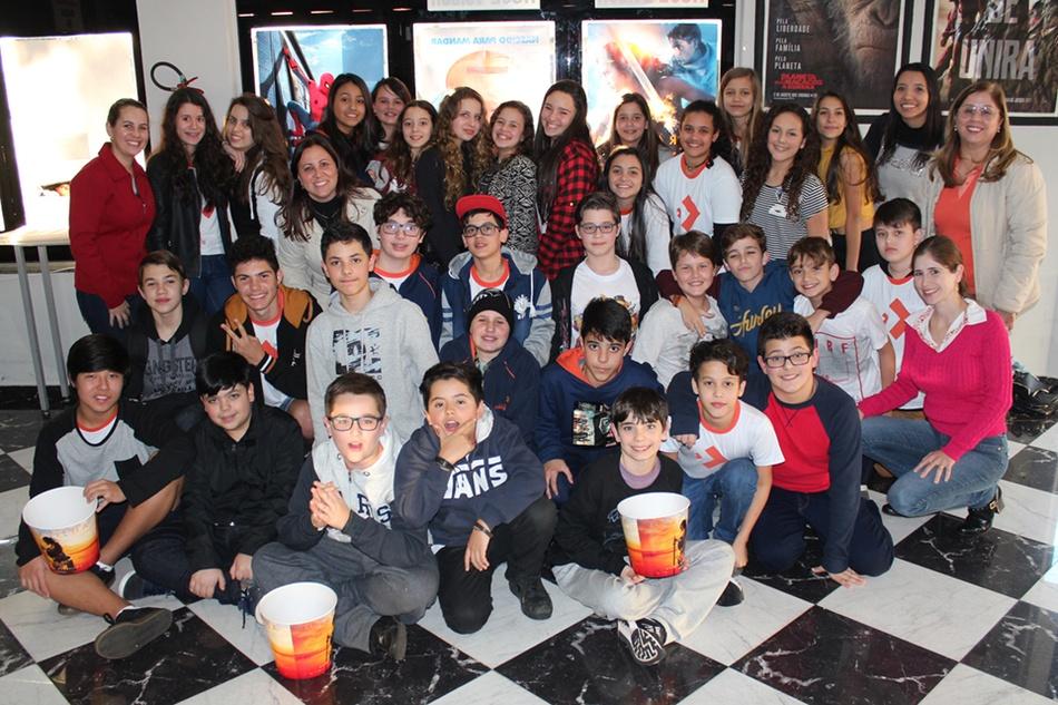 Para comemorar o fim do semestre, os estudantes do 7º ano foram ao cinema