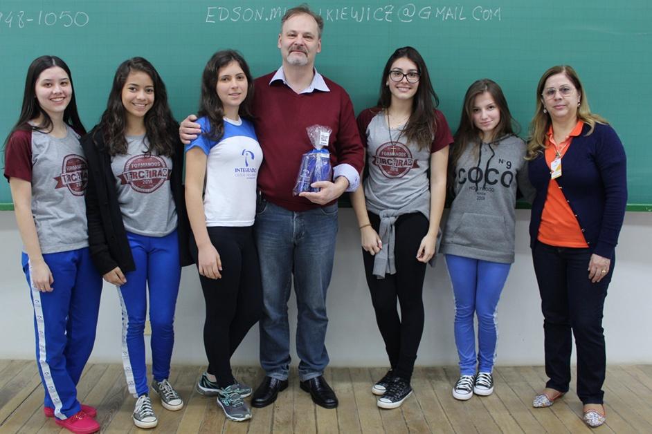 Edson juntamente com algumas alunas do terceirão e com a coordenadora do Ensino Fundamental II e Ensino Médio, Solange Pequito