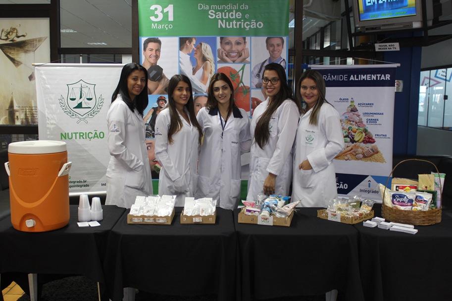 Professora Pâmela juntamente com acadêmicas do curso de Nutrição