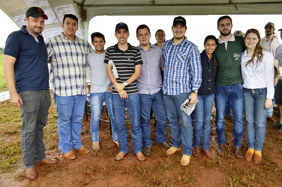 Grupo de estudantes que pesquisou plantas frutíferas e hortaliças