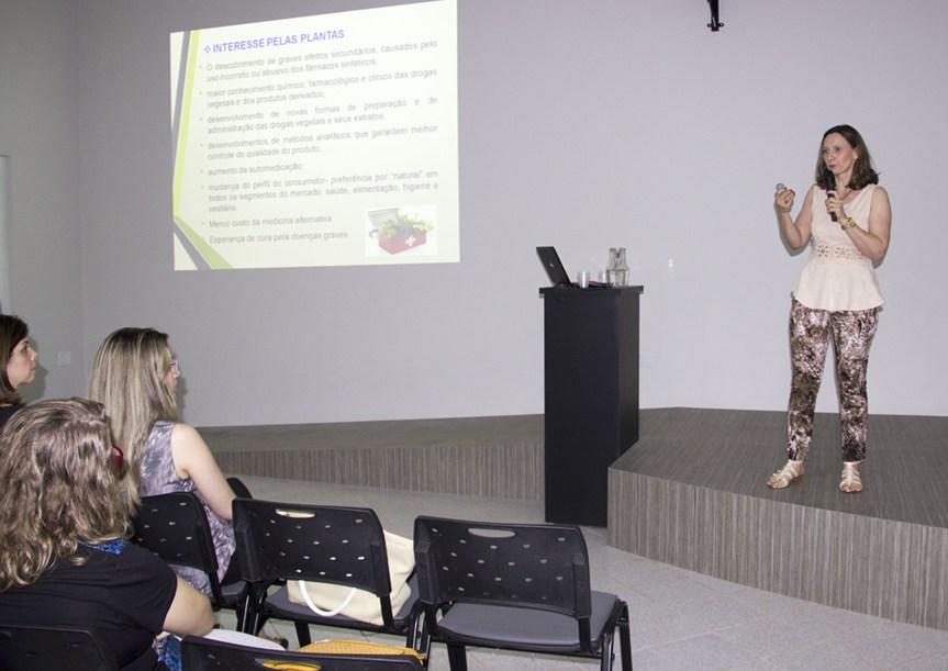 A palestrante Tânia falou sobre os fitoterápicos