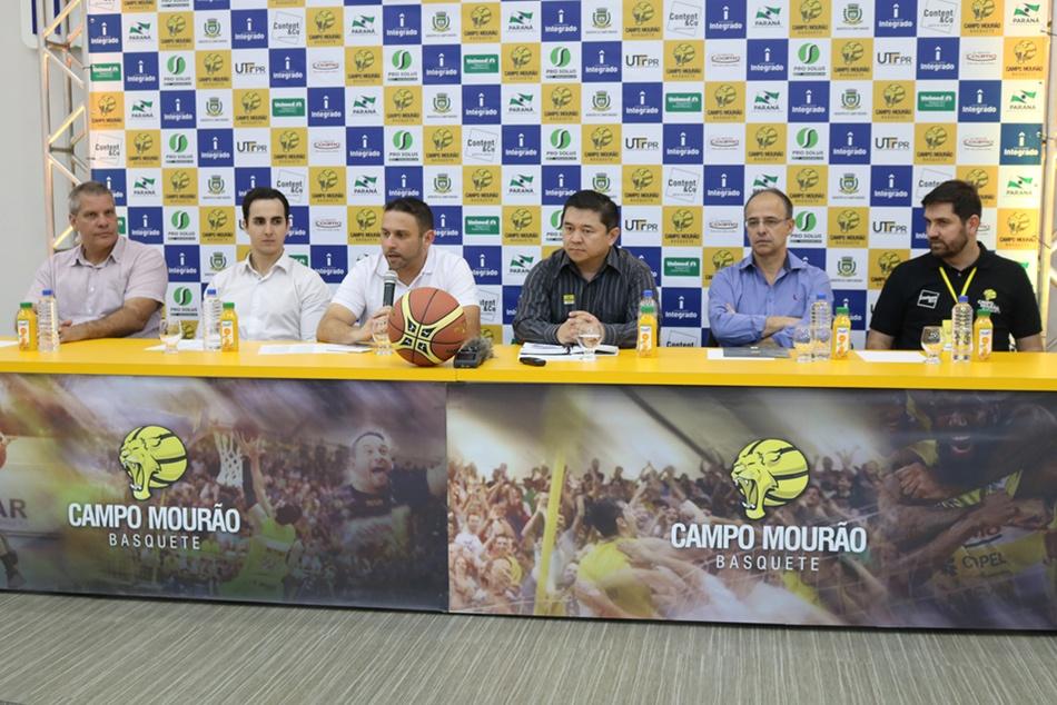 Representantes do Campo Mourão Basquete, das Secretarias de Esporte Municipal e Estadual e das empresas parceiras estiveram presentes