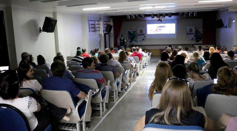 Pais e acompanhantes contaram com um ambiente confortável para aguardar o fim das provas; filmes foram exibidos durante a tarde de domingo