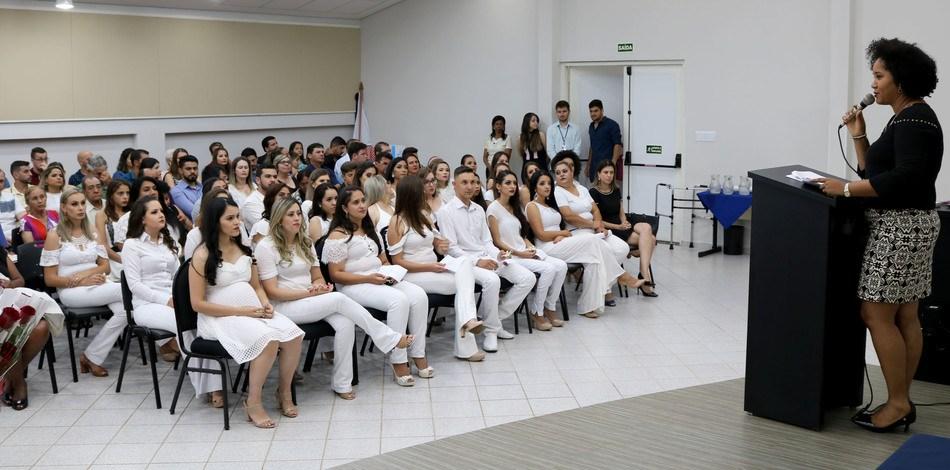 Evento ocorreu no anfiteatro do câmpus e reuniu os formandos, acadêmicos do penúltimo ano de Enfermagem, além de familiares e professores
