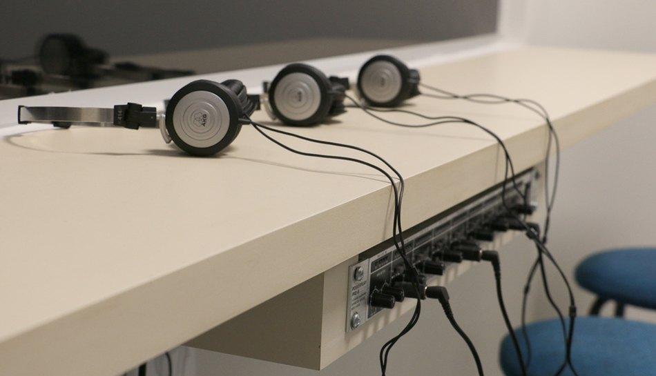 Sala equipada com sistema de som e espelhos unidirecionais. O intuito é propiciar a observação e registro dos atendimentos