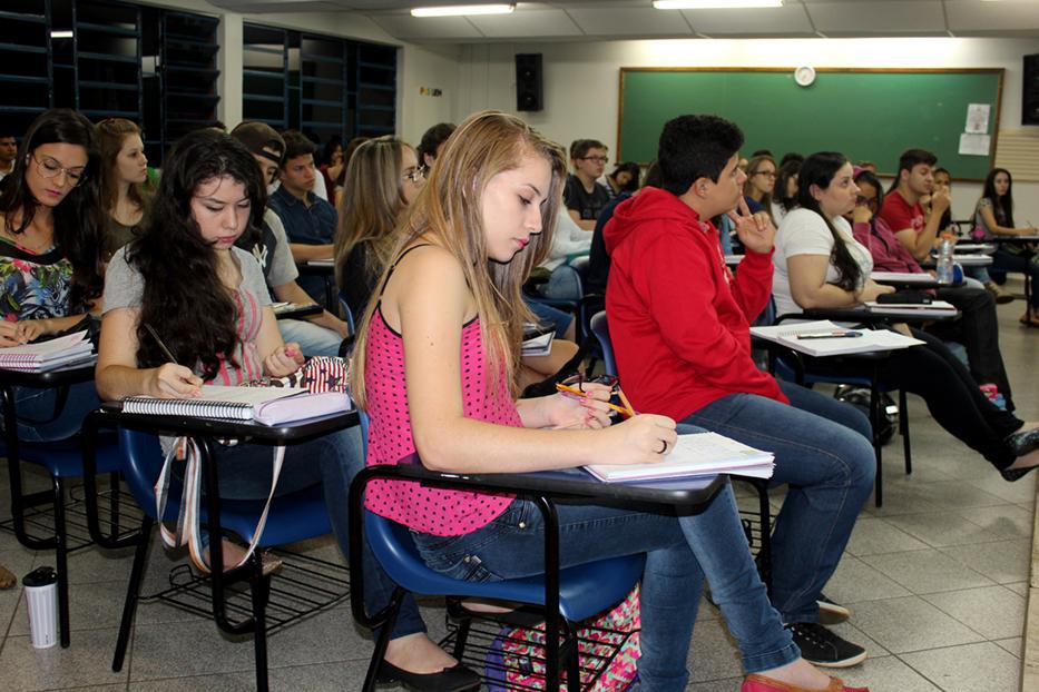 Estudantes do cursinho Pré-Vestibular atentos à aula de Física