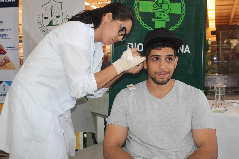 O dia era delas, mas os homens que passaram pelo local também puderam fazer acupuntura com o curso de Biomedicina