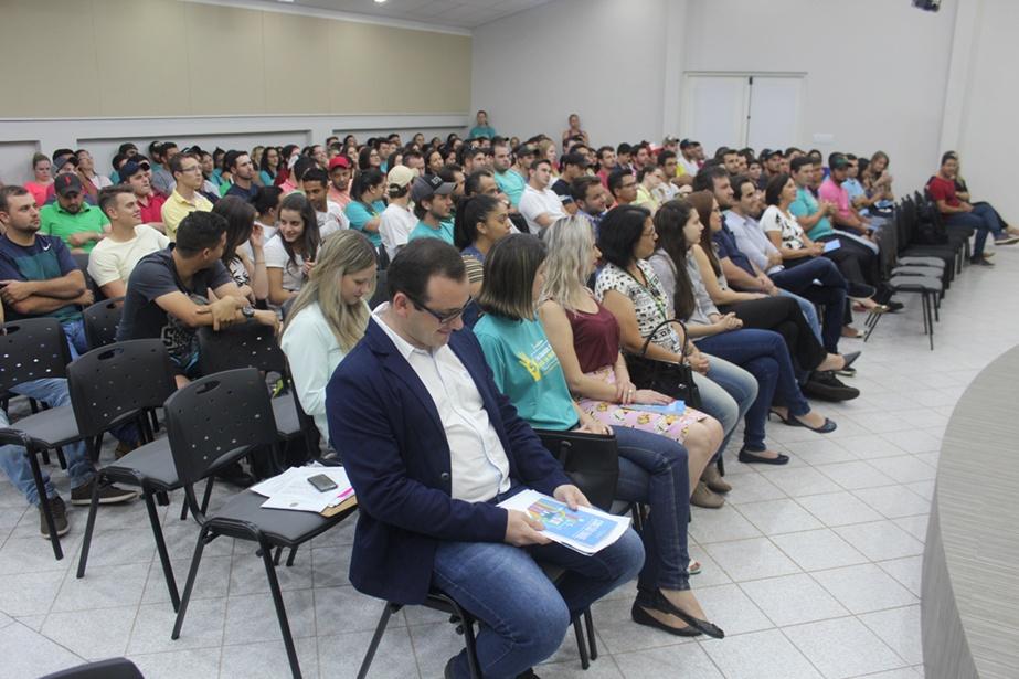 Acadêmicos e professores em palestra preparatória para o Enade