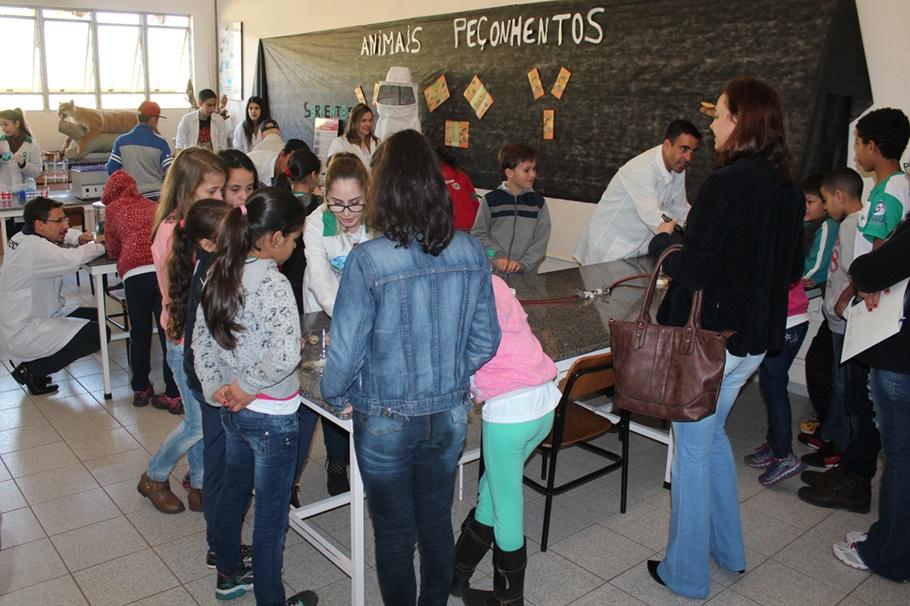 Acadêmicos explicaram sobre vários assuntos e tiraram as dúvidas dos estudantes