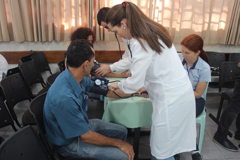 Os acadêmicos de Biomedicina aferem a pressão arterial e realizam testes de glicemia casual