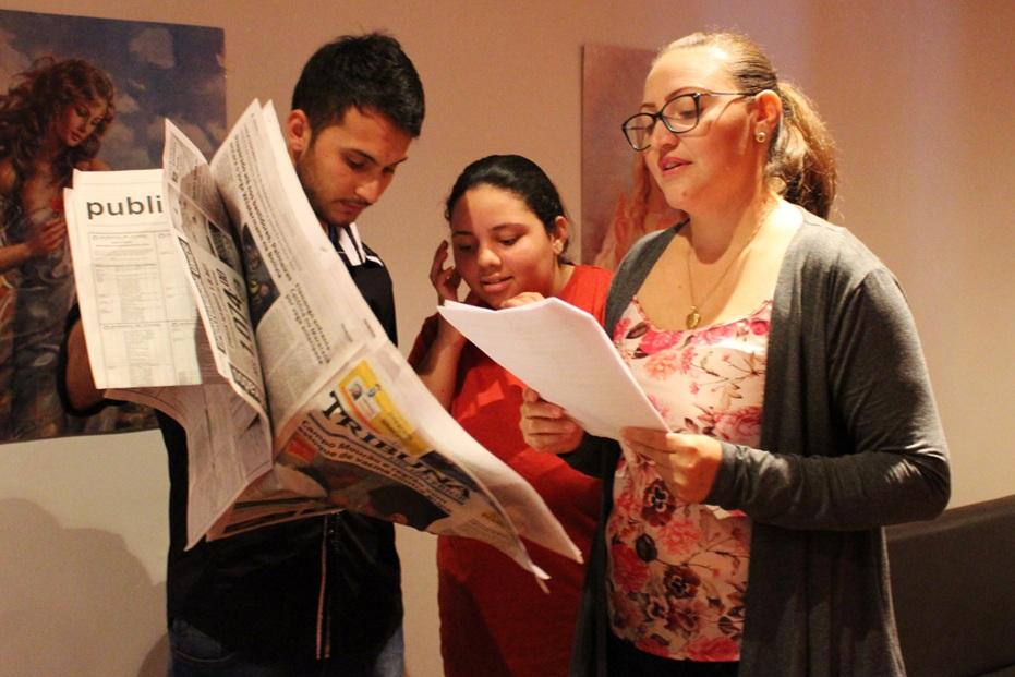 Acadêmicos passando o texto
