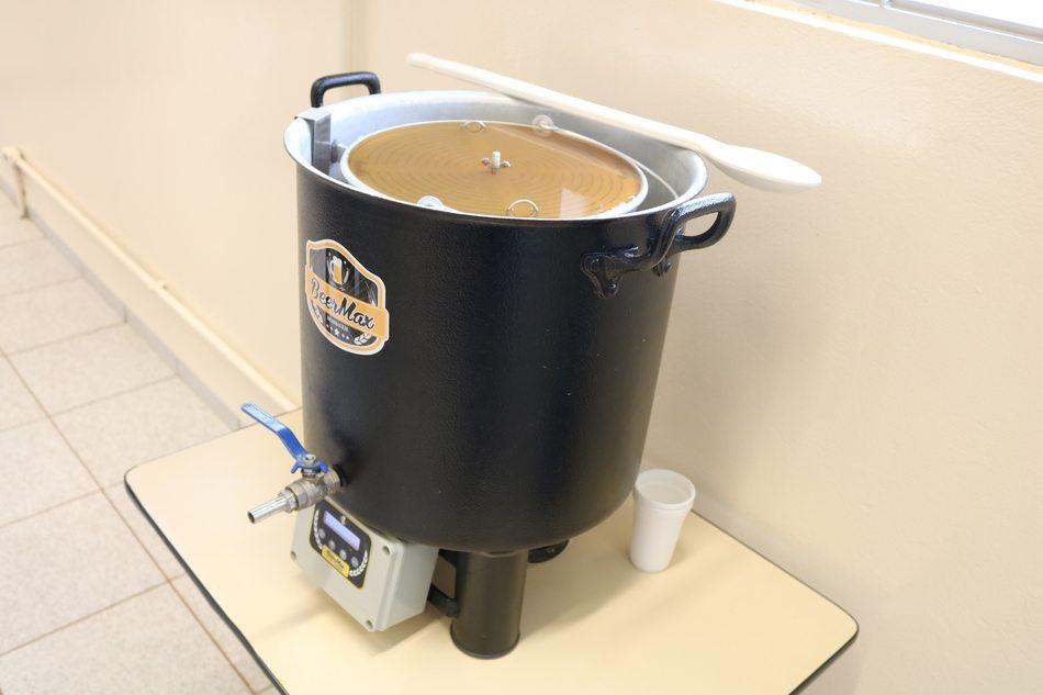 Estudantes aprendem a produzir cerveja artesanal