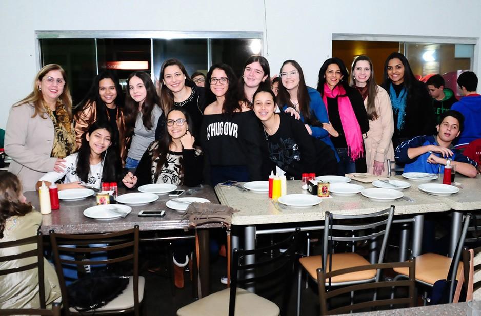 Alunos e professores dos 8ª e 9º anos se divertiram na pizzaria