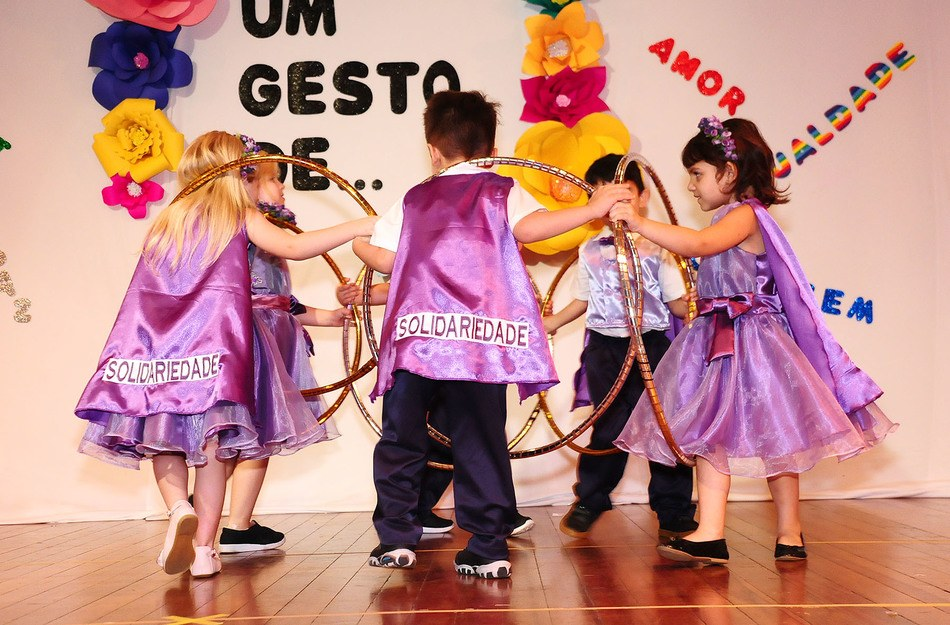 Na segunda data da Mostra Cultural, foi a vez do Grupo 4 A, B e C abrir as cortinas vermelhas do palco