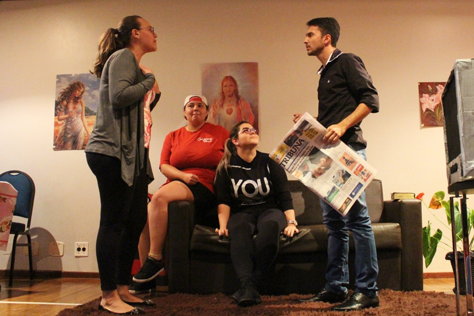 A peça retrata o drama familiar vivido por um casal e seus dois filhos