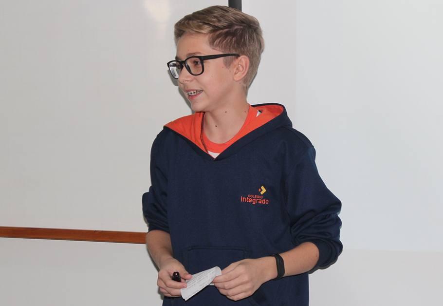 Estudante Eduardo no seminário da disciplina skills for health
