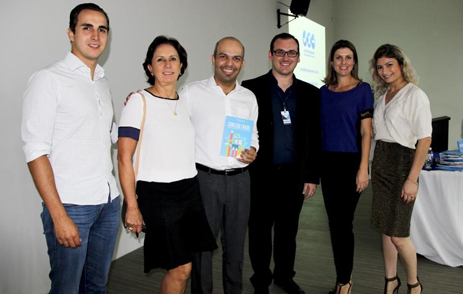 O conferencista Laênio recebeu o livro Conexão Enade: uma abordagem multidisciplinar