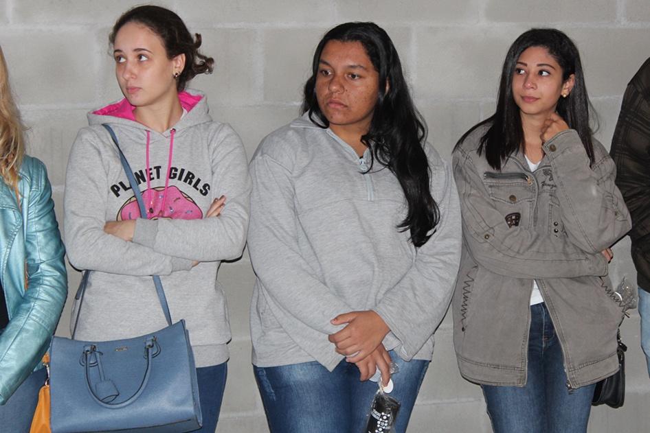 Na sala da perícia criminal e ciência forense, participantes e acadêmicos desvendaram juntos um crime