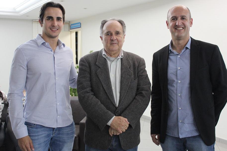 Cristovam juntamente com Pedro Montans Baer, diretor administrativo da Faculdade Integrado, e Robervani