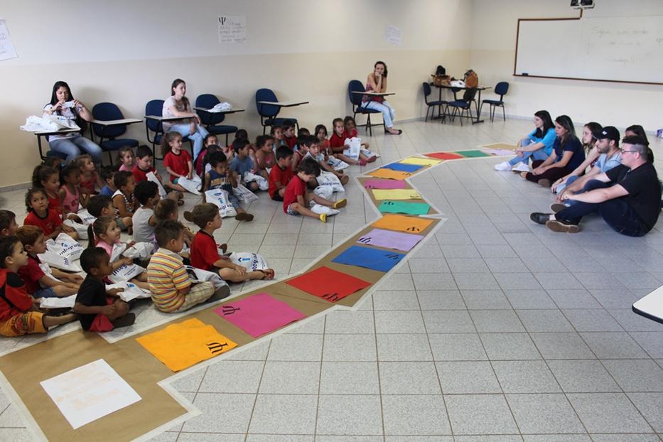 Alunos do Centro Municipal de Educação Infantil Pioneiro Afonso Staniszewski com o curso de Psicologia