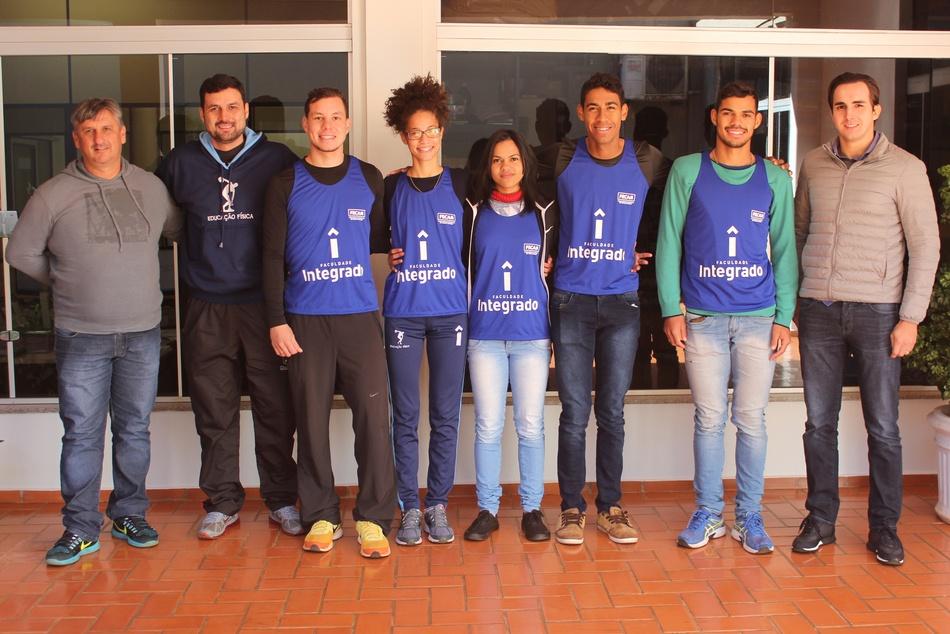 Da esquerda para a direita, Paulinho, Beto, os atletas Bruno, Laís, Vanessa, Luan, José e o diretor administrativo da Faculdade Integrado, Pedro Montans Baer