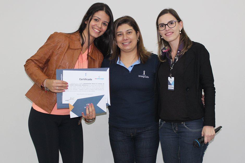 Entrega do prêmio para o melhor trabalho de Medicina Veterinária