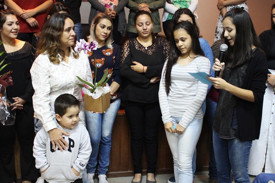 A coordenadora Telma também recebeu homenagens pelo Dia das Mães