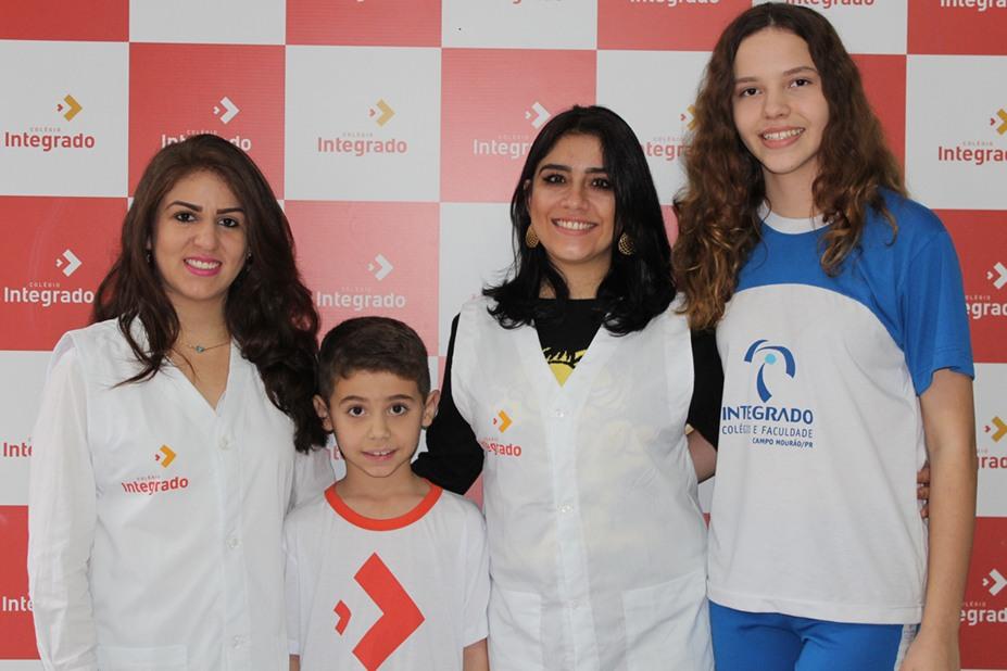 Professoras Daniela e Maiara juntamente com os alunos Davi e Julia