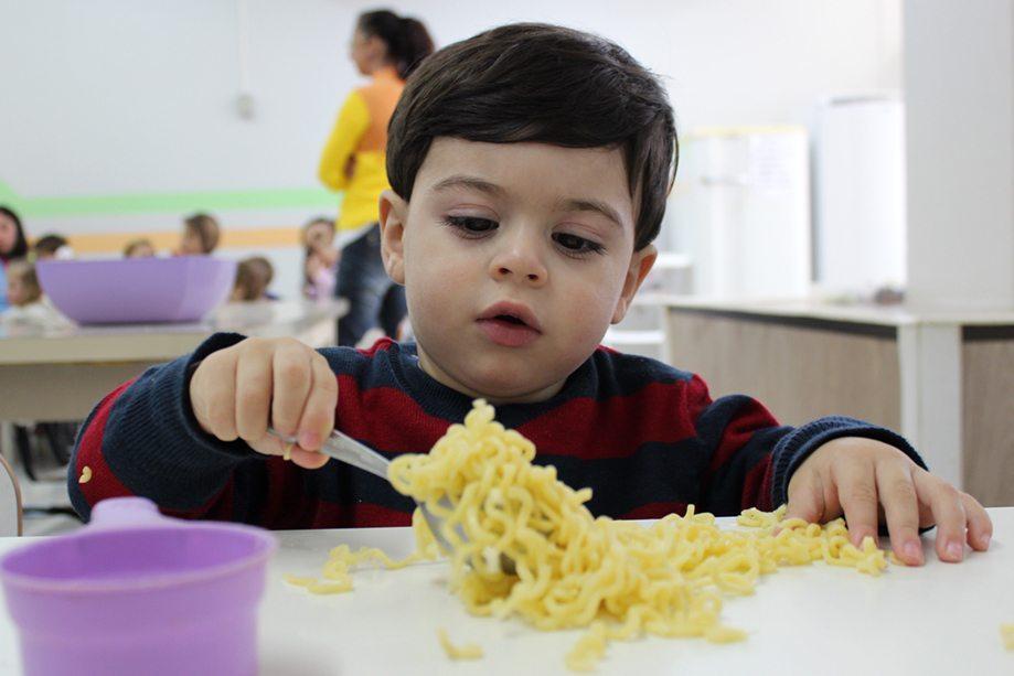 Aluno da Educação Infantil em atividade de psicomotricidade, área que se ocupa da educação do corpo em movimento