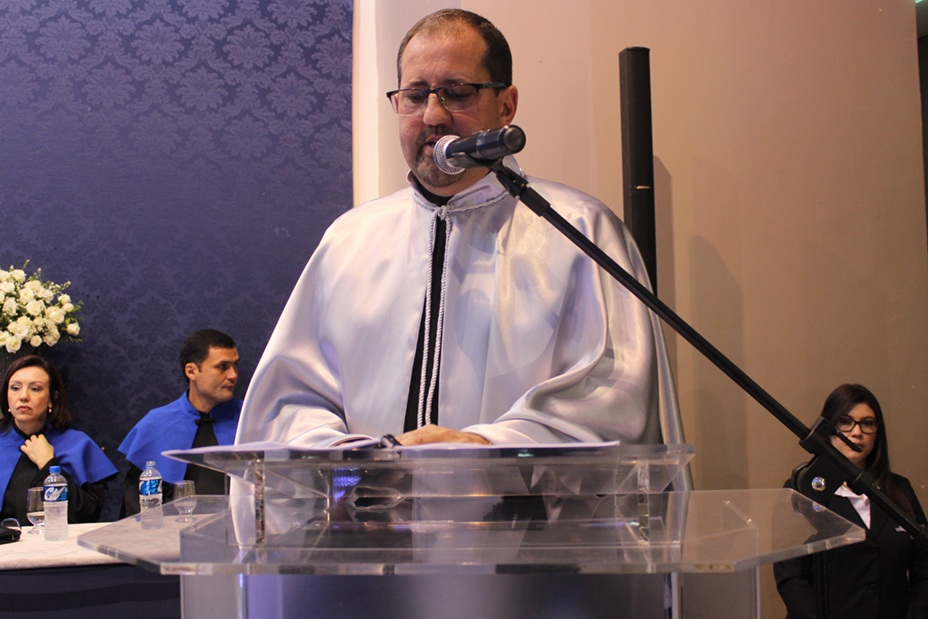 Professor Clóvis Antonio Bassani, paraninfo geral, no momento do discurso